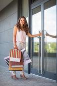 Jovem feliz com sacos de compras — Fotografia Stock