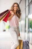 Retrato de comprimento total de jovem feliz com saco de compras — Fotografia Stock