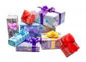 Красочные подарки коробки изолированы — Стоковое фото