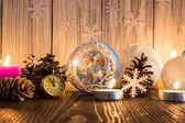 Julgransdekorationer och ljusen på en gammal trä ba — Stockfoto
