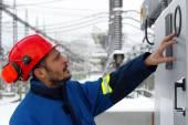 Работник на электростанции — Стоковое фото
