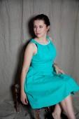 Retrato de uma jovem mulher de vestido azul — Foto Stock