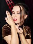 Unga vackra kvinnan i brun klänning — Stockfoto