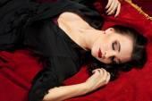 Belle jeune femme en robe noire — Photo