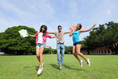 Gelukkig college studenten sprong — Stockfoto