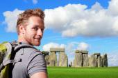 Young man traveling to stonehenge — Stock Photo