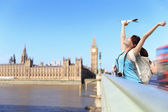 Happy woman traveling in London — Stockfoto