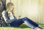 Teenage girl using a cell phone — Stock Photo