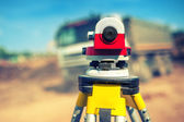 Surveying measuring equipment level theodolite on tripod at construction site — Foto de Stock