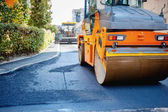 Tandem vibration roller compactor working on asphalt pavement — Stock Photo