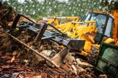 Excavator loading demolition debris and concrete wasted walls — 图库照片