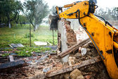 Excavator demolishing a concrete wall.bulldozer loading demolition debris and concrete waste for recycling at construction site. — Stock Photo
