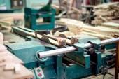 древесина и завод мебели, промышленная фабрика с инструментами и объектами — Стоковое фото