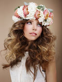 Aroma. Genuine Brunette in Wreath of Flowers Looking Up — Stock Photo