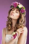 Sentiment. Imaginative Woman with Bouquet of Flowers Dreaming. Femininity — ストック写真