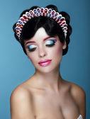 Mujer soñadora lujosa con maquillaje brillante y diadema de arte — Foto de Stock