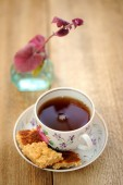 Black tea in a cup with cookies — Stock Photo