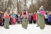 Little girls sack-racing during winter Maslenitsa carnival in Ru — 图库照片