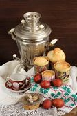Kulichi, traditional Russian easter cakes with samovar, dyed egg — Stock Photo