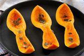 Вырезать Баттернат Сквош с семенами тыквы на черный лоток — Стоковое фото