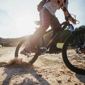 Homme en vélo — Photo