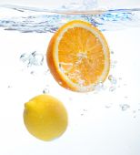 Lemon and orange in the water — ストック写真