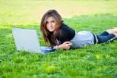 Vrouw in zomer park — Stockfoto