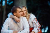young romantic couple in Ukraine national clothing — Stock Photo
