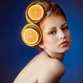 Kvinna med frukt i hår — Stockfoto