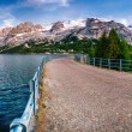 Lake between mountains — Stock Photo #68091737