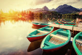 Boat on the dock surrounded mountains. Fantastic Shtrbske Pleso — Stock Photo