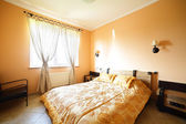 Bonito interior de dormitorio europeo — Foto de Stock