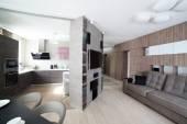 Prosvětlený interiér obývacího pokoje — Stock fotografie