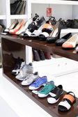 Interior da loja de sapatos no shopping europeu moderno — Fotografia Stock