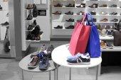 Interior de la tienda de zapatos en el moderno centro comercial Europeo — Foto de Stock