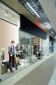 Окно красивый Европейский магазин — Стоковое фото