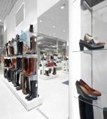 Interno del negozio di scarpe nel moderno centro commerciale europeo — Foto Stock