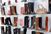 Interiér obchodu s obuví v moderní evropské centrum — Stock fotografie