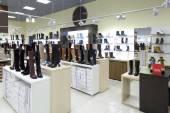 Interieur van schoenenwinkel in moderne europese winkelcentrum — Stockfoto