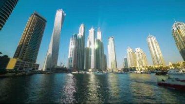 Rascacielos en puerto deportivo de dubái — Vídeo de Stock