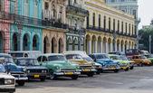 Street scene with vintage car in Havana, Cuba.  — Stock Photo
