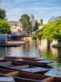 Punts aufgereiht am River in Cambridge, england — Stockfoto