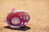 フィールドのピンクの女性の手袋の野球 — ストック写真