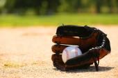 Baseball in guanto sul campo — Foto Stock