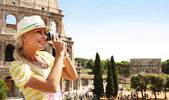 Happy Tourist and Coliseum, Rome. Cheerful Young Blonde Woman — Stock Photo