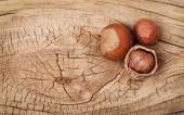 Avelãs em fundo de madeira velha — Foto Stock