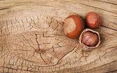 Hazelnoten op oude houten achtergrond — Stockfoto