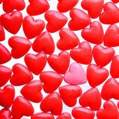 Priorità bassa dei cuori. Cuore rosa tra un mucchio di cuori rossi — Foto Stock