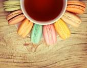 Colorful French Macarons with Cup of Tea on wood background. Top — Zdjęcie stockowe