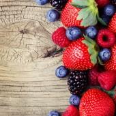 Bayas sobre fondo de madera. fresas, moras, raspberri — Foto de Stock